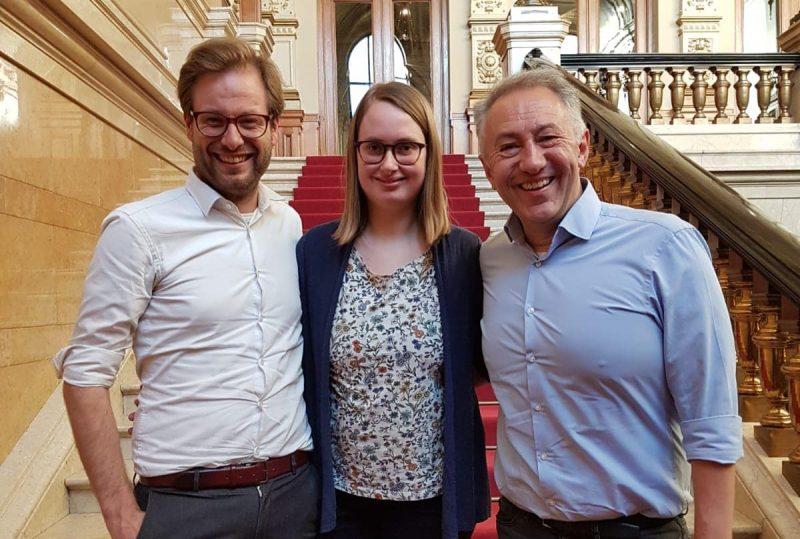 Zu sehen sind Anjes Tjarks, Mareike Engels und Farid Müller, die drei Mitglieder des Fraktionsvorstands der grünen Bürgerschaftsfraktion in Hamburg