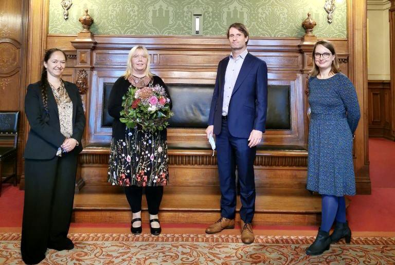 Jennifer Jasberg (Fraktionsvorsitzende der GRÜNEN), Ulrike Kloiber (neue Senatskoordinatorin), Dominik Lorenzen (Fraktionsvorsitzender GRÜNE) und Mareike Engels (Sprecherin für Soziales und Inklusion) im Rathaus.